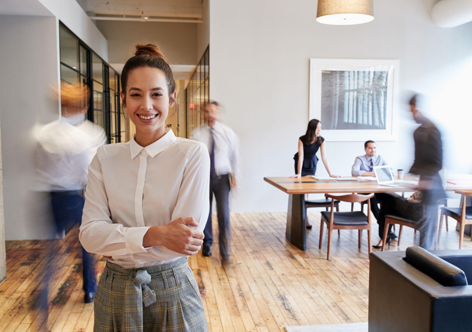 Lähikuvassa nainen toimistolla